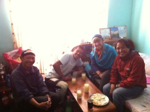 Dawa Tamang, Lakpa Tamang, moi, Nima Dorjee Tamang enjoying our working lunch! Also there, Eric who took the photo
